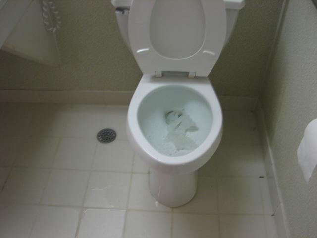 Тоалетна, която се е запушила и е започнала да прелива