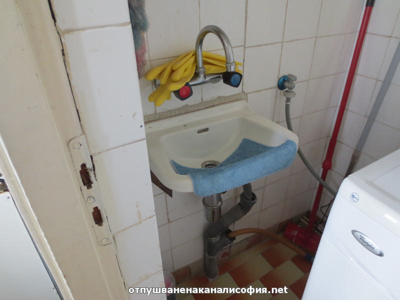 Пробвахме да отпушим мивката с ръчна машина със спирала Ф 6 мм, но се оказа твърд предмет