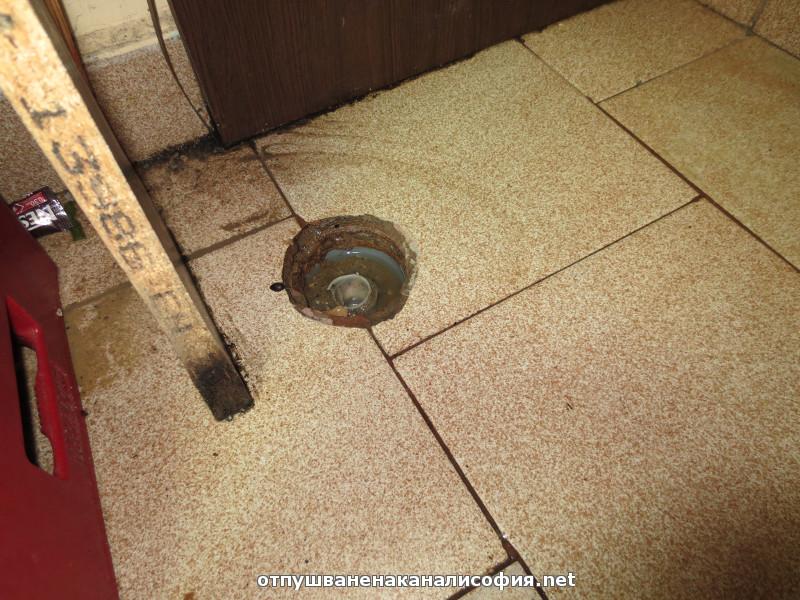 Този подов сифон също е вързан към тръбата, но са го запушили за да не връща през него отпадна вода