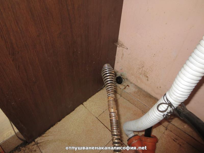Вкарахме спирала Ф 22 ММ с накрайник за да почистим добре канала от мазнините